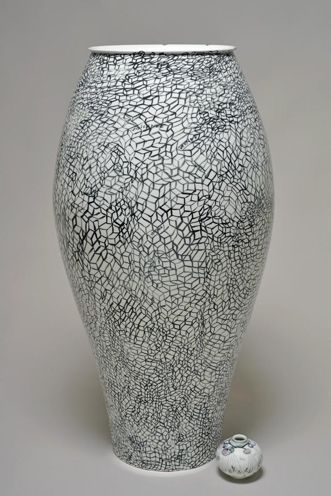 Fabrice Hyber: Confort Moderne (2015). Unique piece, porcelain. Height 120 cm, diameter 60 cm. Sèvres – Cité de la Céramique at BRAFA 2016.