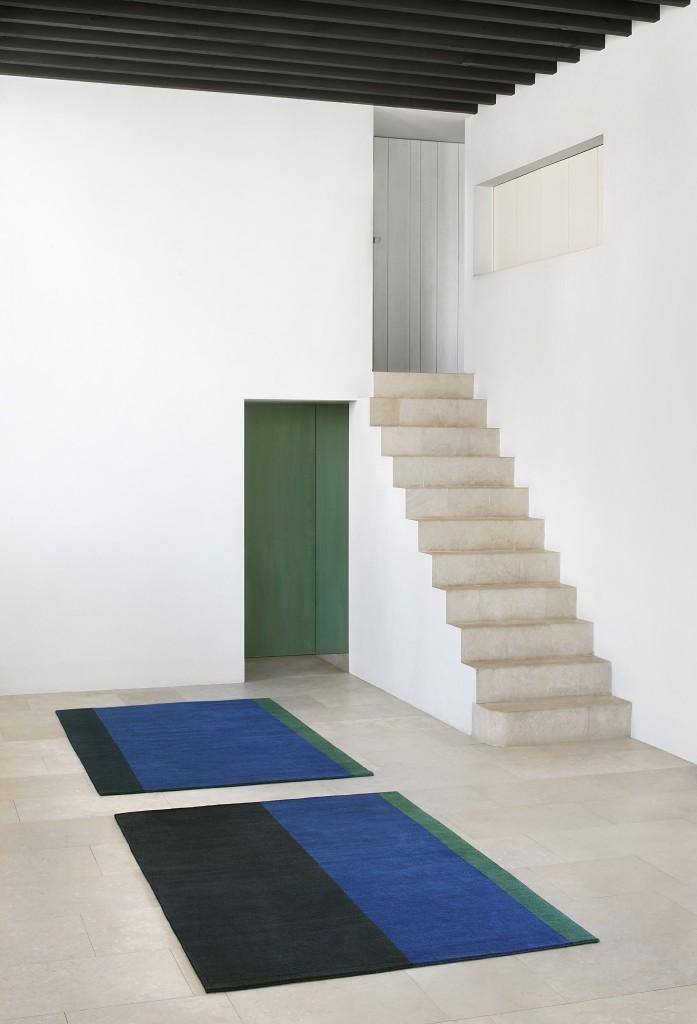 Maison Marie Mees & Cathérine Biasino, Indigo fera flat, tapis en laine / wool carpet, 2016, ed. Van Maele, Photo: Filip Dujardin