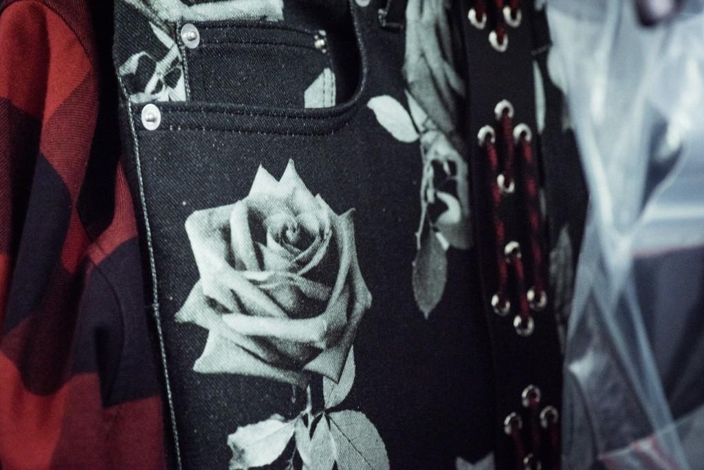 Les fleurs sont un code récurrent du discours Dior, mais aussi de l'univers de Kris Van Assche (ci-dessus) / Flowers are a traditional part of Dior's brand, Photo: Morgan O'Donovan