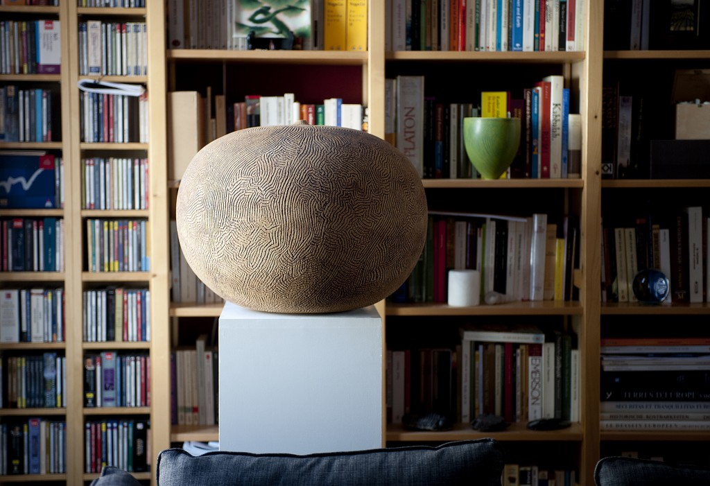 Vessel by Erna Aaltonen (FI) on a pedestal in the home of Brussels collector Nikolaus van der Pas. Photo Stephen Papandropoulos for TLmagazine.