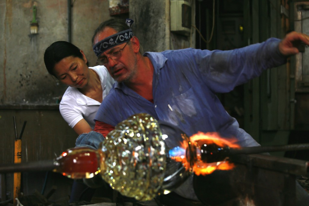 Ritsue Mishima works closely with glass master Andrea Zilio and his glassmakers.