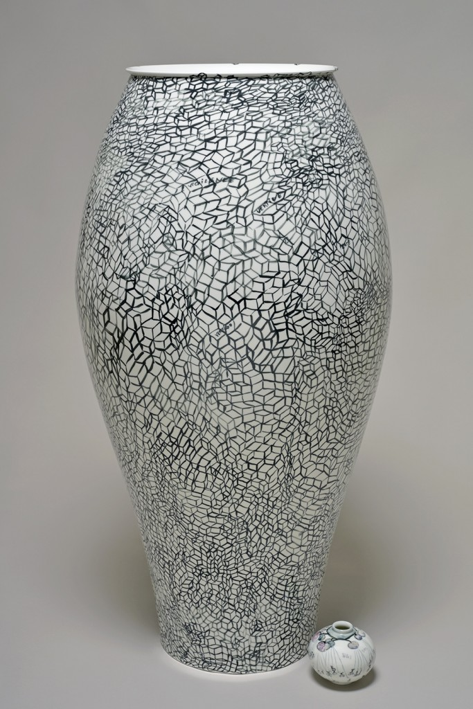 Fabrice Hyber: Confort Moderne (2015). Unique piece, porcelain. Height 120 cm, diameter 60 cm. Sèvres – Cité de la Céramique at BRAFA 2016.