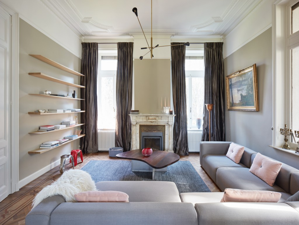 Living Room with Wooden Shelves by Kaspar Hamacher, photo by Jörg Bräuer