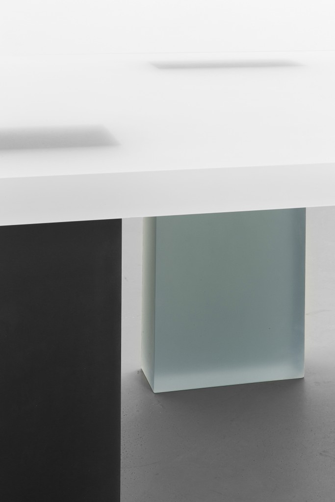 Haze Desk with Three Legs (White, Gray and Navy)