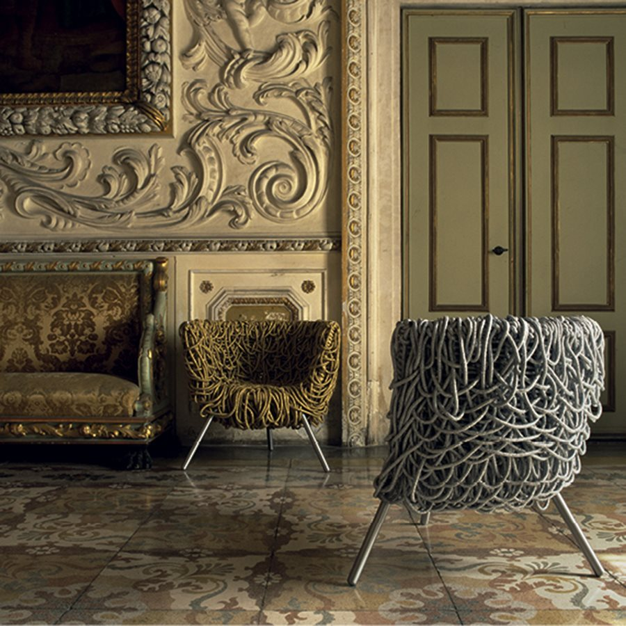 Fernando & Humberto Campana, Vermelha, 500 mètres de corde de coton enroulés autour d'un cadre en métal / 500 meters of cotton rope, a wrap-around chair on a metal frame