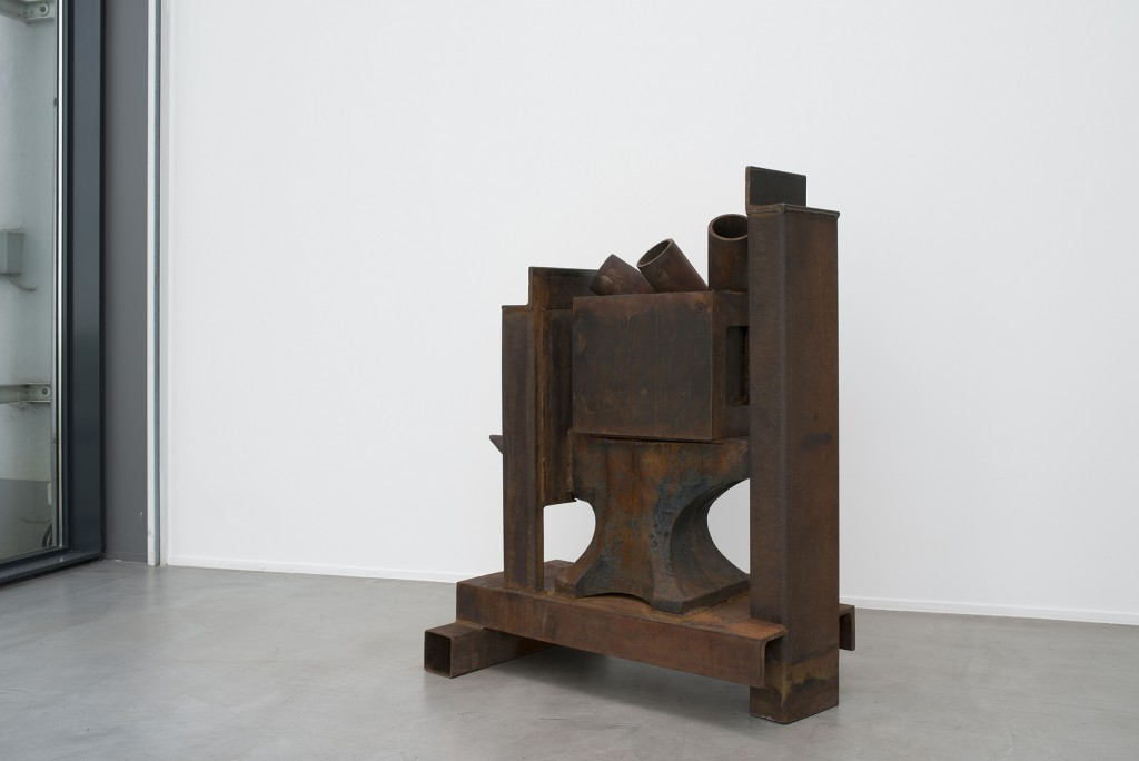 Anvil Chorus by Anthony Caro, 2010-2011, Cast iron and steel, welded, 117 x 86 x 58,5 cm. Installation shot at Galerie Daniel Templon.