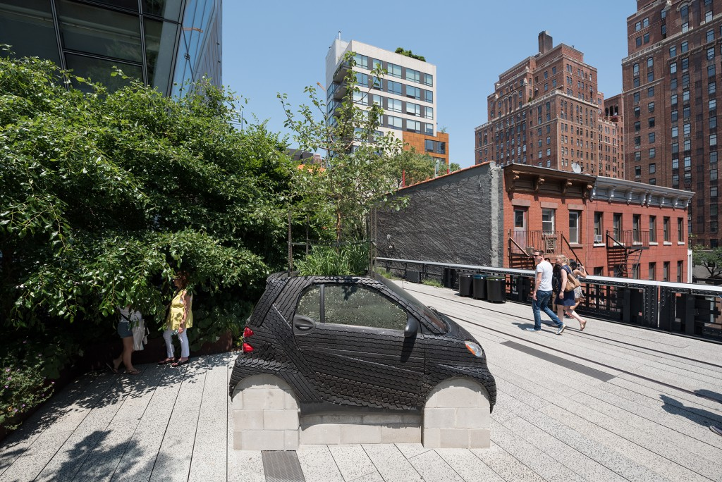 Nari Ward, Smart Tree, 2016. A High Line Commission, on view April 2016 – March 2017. Photo by Timothy Schenck. Courtesy of Friends of the High Line.