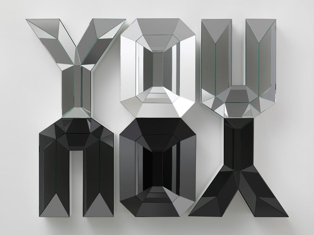 Doug Aitken, YOU/YOU, 2012, Mousse haute densité, bois, miroir et verre, 137 x 203 cm, Courtesy : Galerie Eva Presenhuber, Zurich. Collection privée, Suisse, Photo © Galerie Eva Presenhuber, Zurich