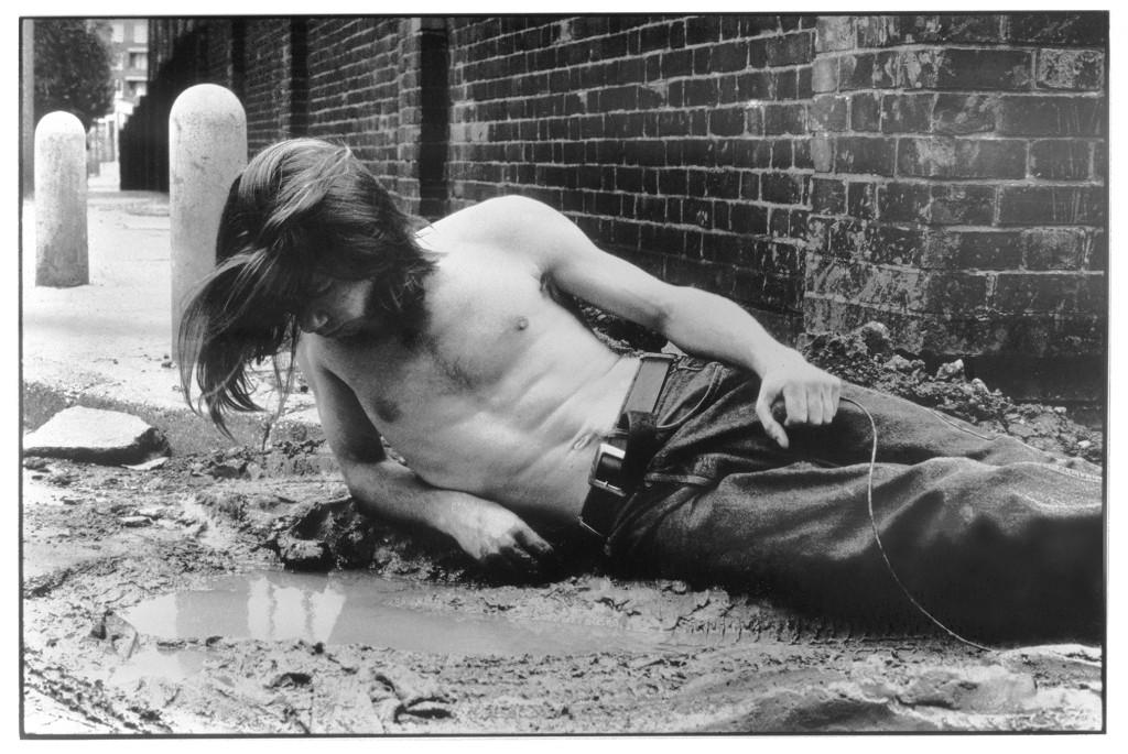 Mat Collishaw, Narcissus, 1990, Tirage noir et blanc sur papier fibre, encadrée, 34 x 43 x 3.3 cm, Courtesy : l'artiste et Blain Southern Limited Gallery, Londres, Photo © Mat Collishaw