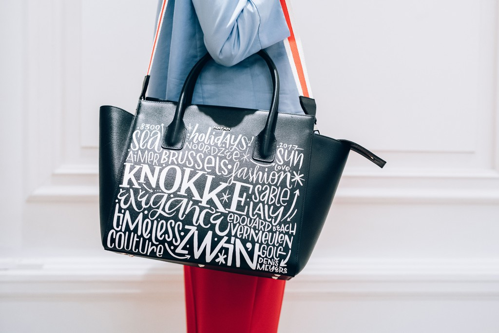 For this revisited Ethan bag, Denis Meyers stayed true to his style: black and white, with words that intertwine in a graphic way