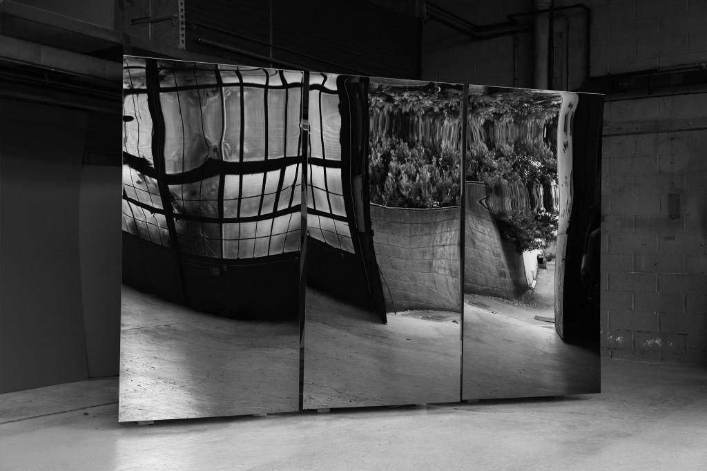 Pierre-Laurent Cassière, Distorsions, 2013, Acier inoxydable pelliculé de titane, bois de chêne, moteurs électroniques, 380 x 150 x 250 cm, Courtesy : l'artiste, Photo © ADAGP / Cassière