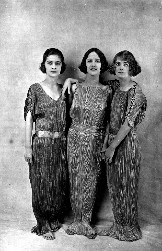 Albert Harlingue, Lisa, Anna and Margot Duncan, adopted daughters of Isadora Duncan, wearing a Delphos dress, circa 1920. © Albert Harlingue / Roger-Viollet