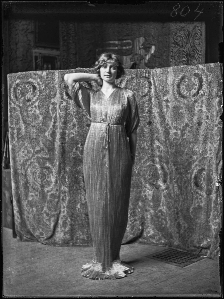 Mariano Fortuny (1871-1949), model wearing a Delphos dress, circa 1920. Sheet of glass coated with gelatin. Venice, Museo Fortuny © Fondazione Musei Civici di Venezia – Museo Fortuny