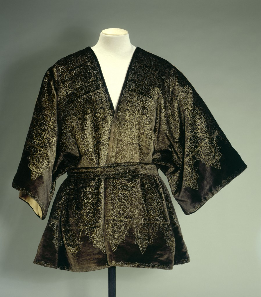 Mariano Fortuny (1871-1949). Coat, Kimono style in green bronze velvet, printed with golden and green patterns, circa 1912. Collection Palais Galliera © Stéphane Piera / Galliera / Roger-Viollet
